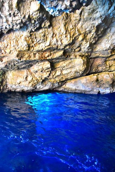 在洞裏海水變得更深藍
