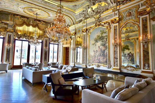 古典的裝潢,現代的家具,卻沒半點違和