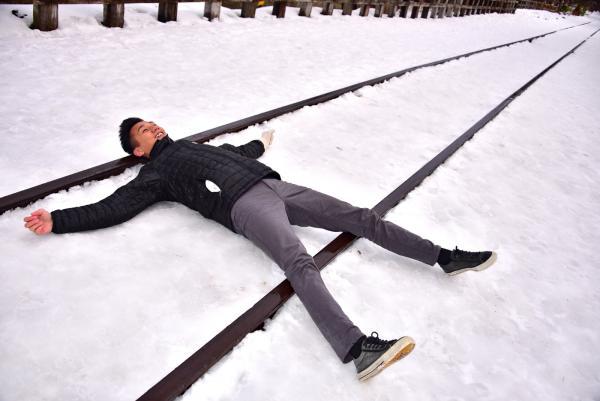 躺在鐵路上也沒問題