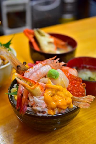 人氣海鮮丼『滝波食堂』