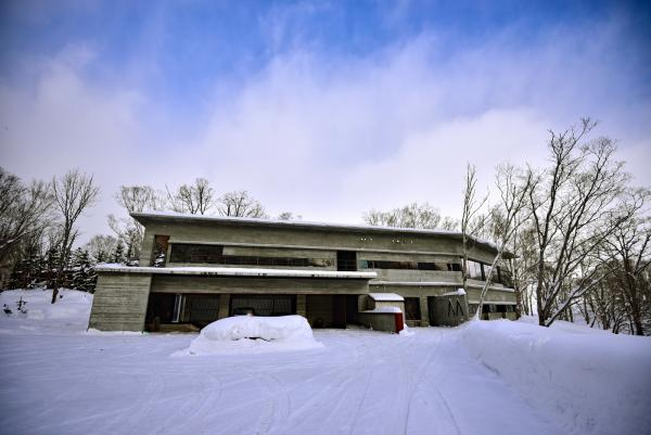 位於寧靜雪地上的溫泉旅館