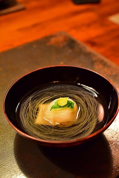 這裏的經典菜式,比麵條還要幼細的蘿蔔絲懸浮在高湯之中,中間的蟹肉更是鮮甜